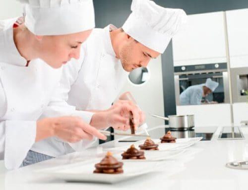 ¿Cómo puedo organizar a mi equipo en el restaurante utilizando la automatización comercial?